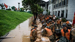 Chinese military puts more troops into battle against floods