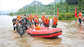 Service members and reserve forces rescue people trapped by floods in Bijie